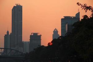 coucher de soleil sur la rivière des perles. soirée d'été à guangzhou photo