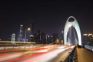trafic flou de mouvement sur le pont moderne de nuit photo