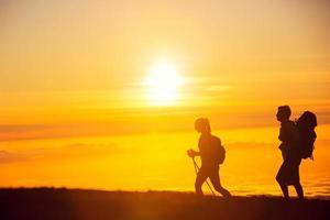 randonneurs au coucher du soleil