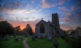 église au coucher du soleil photo