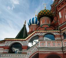 détail de st. la cathédrale de basilic avec des nuages reflétés sur les fenêtres photo