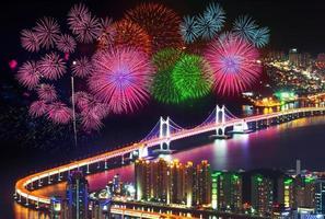 Festival de feux d'artifice au pont Gwangan à Busan, Corée du Sud. photo