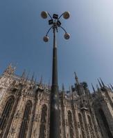 Milan, Italie). réverbère et le duomo (cathédrale) de piazzetta reale