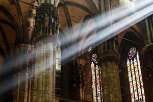 Le faisceau lumineux de la lumière à l'intérieur de la cathédrale de Milan, Italie photo