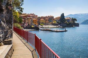 Ville de Varenna sur le lac de Côme à Milan, Italie photo