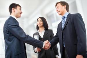 gens d'affaires se serrant la main photo