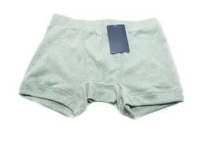 sous-vêtements hommes avec étiquette de prix sur fond blanc photo