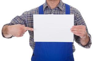 Technicien mâle mature tenant une feuille vide photo