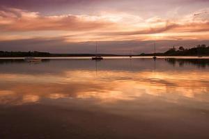 bateaux au coucher du soleil photo