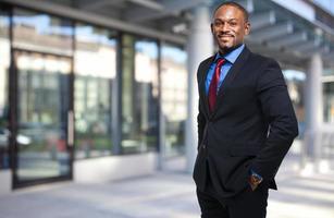 homme d'affaires africain souriant photo