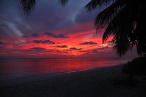 magnifique coucher de soleil sur la plage photo