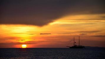 yacht et coucher de soleil