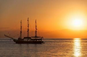 navire silhouette coucher de soleil