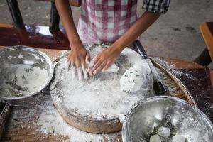mains féminines, pétrir la pâte