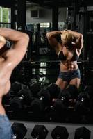 bodybuilder femme montrant abs