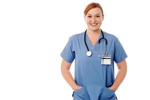 femme médecin posant contre blanc photo