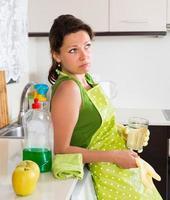 triste femme nettoyage de meubles