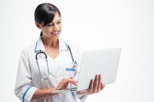 heureuse femme médecin à l'aide d'un ordinateur portable photo