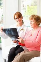 femme médecin avec senior patient photo