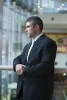 homme affaires, à, expression sérieuse, regarder hors caméra photo