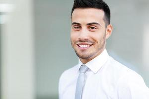 jeune homme d'affaires en plein air photo