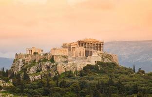 coucher de soleil sur la colline de l'acropole avec le parthénon photo