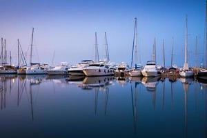 yachts blancs dans la baie d'Athènes photo