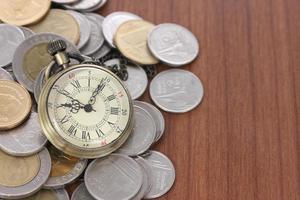 concept financier, vieille montre avec pièces photo