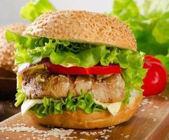 hamburger fait maison avec du boeuf et des légumes. photo