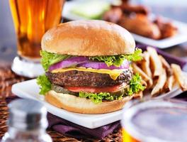 repas cheeseburger avec bière et ailes de poulet