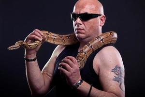gars de la mafia avec un serpent photo