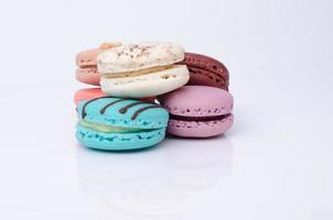 macarons colorés isolés sur blanc photo