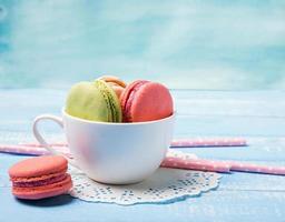 macarons de couleur pastel dans la tasse photo