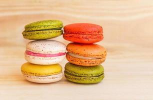 Macarons français colorés sur fond de bois photo