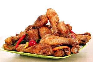 pilons de poulet rôti sur plaque photo