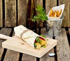 brochette de poulet dans du pain pita aux légumes photo