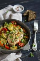 filet de poulet avec chapelure et légumes au four