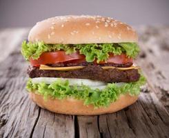 délicieux hamburger sur bois