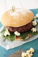 Burger gourmet sur plateau photo