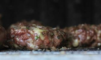 hamburger bio sur la grille du barbecue photo