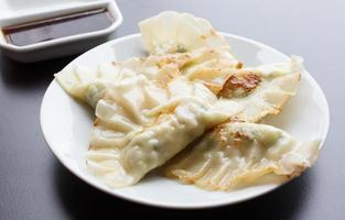 boulette frite - gyoza avec sauce photo