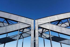 construction de pont de chemin de fer contre le ciel au soleil photo