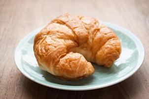 petit déjeuner avec croissants, tasse de café noir photo