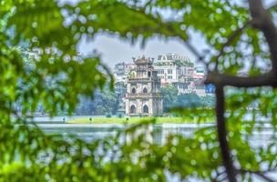L'architecture de la tour des tortues entre le lac hoan kiem, hanoi, vietnam
