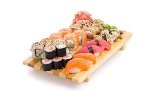 Sushi sur un gete isolé sur fond blanc photo