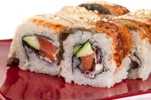 cuisine traditionnelle japonaise - maki roll au concombre, crème c photo