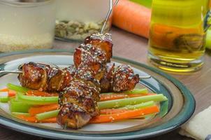 brochettes de poulet teriyaki collantes avec salade croquante