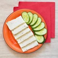 petit déjeuner avec tofu et concombre photo
