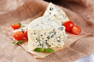 savoureux fromage bleu aux tomates et basilic, sur fond de toile de jute photo