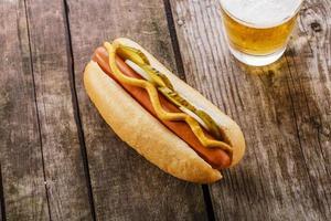 hot-dog avec moutarde, cornichons et oignons photo